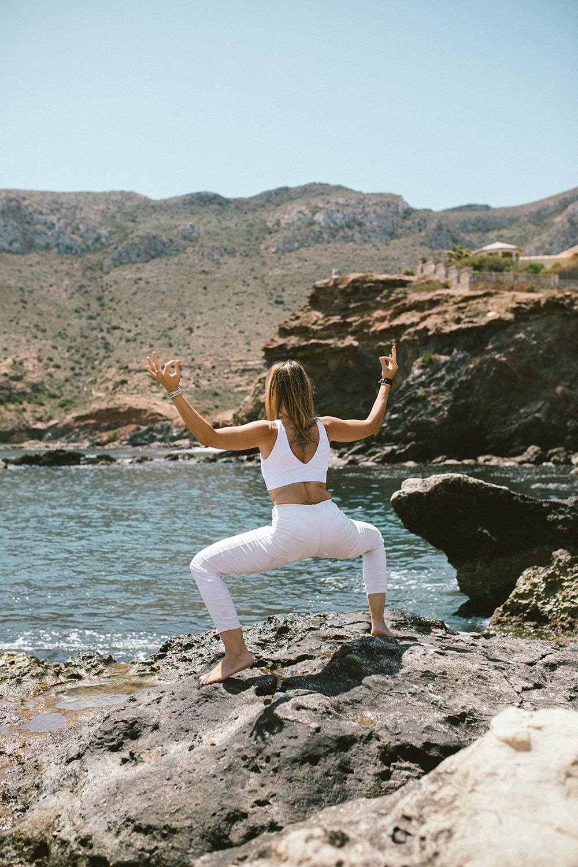 foto coporporativa profesora de yoga